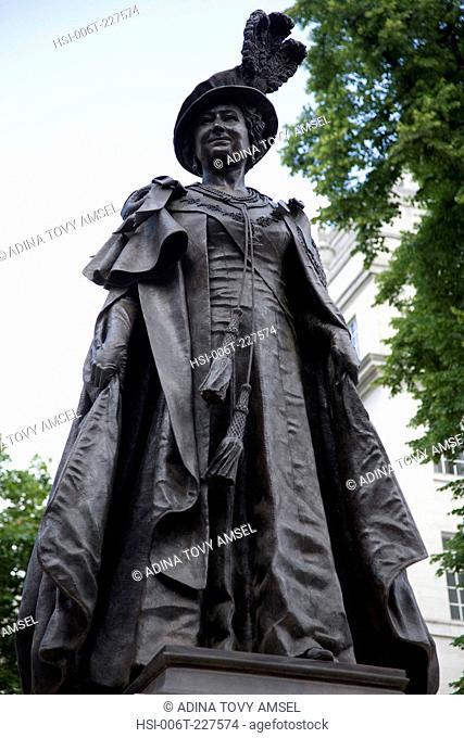 Queen Elizabeth Memorial Statue 1900-2002. The Mall. London. England