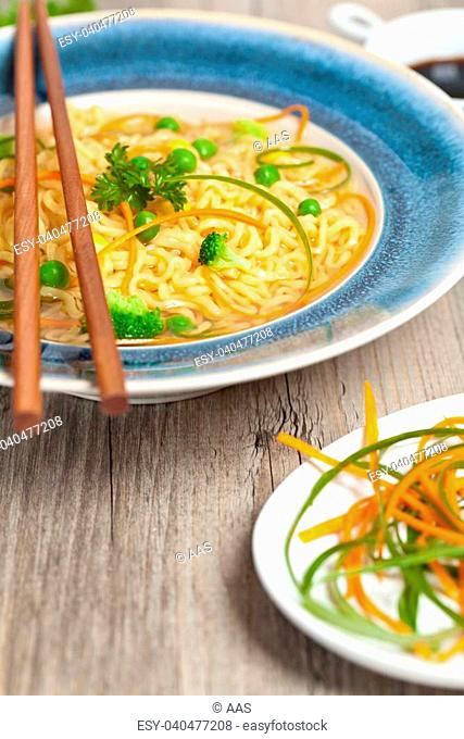 Ramen Noodles with carrots, peas and green onion