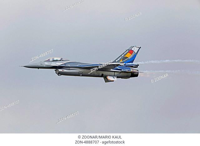 Kampfflugzeug vom Typ General Dynamics F-16 Fighting Falcon der belgischen Luftwaffe am 14.06.2013 während einer Flugvorführung anlässlich der Open Dagen 2013...