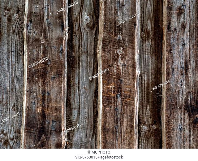 ÖSTERREICH, HÖRSCHING, 08.12.2016, Planken einer Holzwand als Hintergrund. Altholz einer Scheune - Hörsching, Austria, 08/12/2016