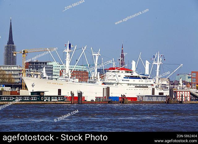 Das Museumsschiff Cap San Diego im Hamburger Hafen aufgenommen vom gegenüberliegenden Ufer der Elbe