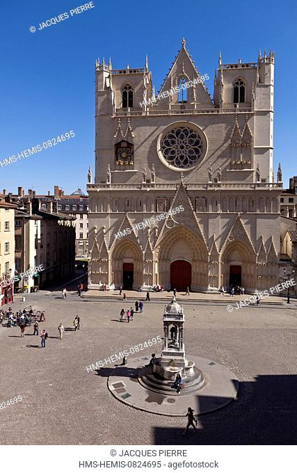 France, Rhone, Lyon, historical site listed as World Heritage by UNESCO, Vieux Lyon (Old Town), Saint Jean District, fountain in Place St Jean