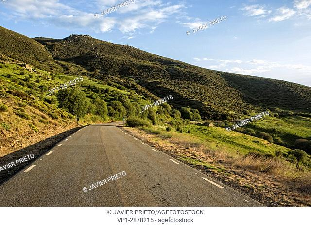 Ascent road to the port of Peñasnegras (1. 909 m. ). The Corneja Valley and Piedrahita from the ascent to the port of Peñanegra. Avila