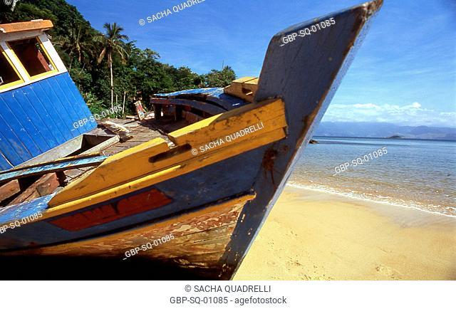 Boat shipwrecked, Abram, Ilha Grande - Brazil