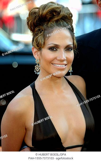 (dpa) - Actress and singer Jennifer Lopez smiles as she arrives at the premiere of her new film 'Gigli' in Los Angeles, 27 July 2003