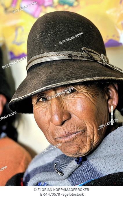 Portrait of a woman wearing a felt hat, Quechua, Bolivian Altiplano highlands, Departamento Oruro, Bolivia, South America