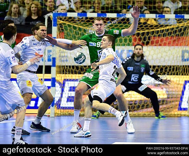 16 February 2020, Berlin: Handball: Bundesliga, Füchse Berlin - SC Magdeburg, 23rd matchday in the Max-Schmeling-Halle. Erik Schmidt (l) and Kay Smits against...