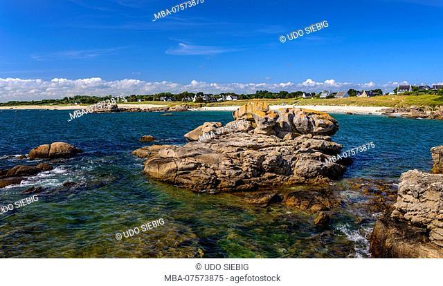 France, Brittany, Finistère Department, Trévignon, Pointe de Trévignon, granite rocks, Plage de Feunteunaodou Beach in the background