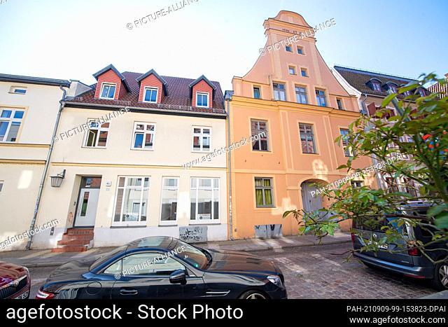 08 September 2021, Mecklenburg-Western Pomerania, Stralsund: View of renovated houses in Frankenstraße in the historic old town of Stralsund