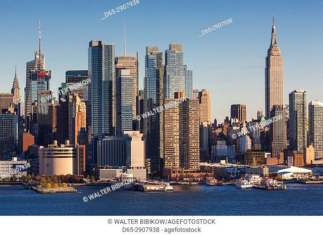 USA, New York, New York City, Manhattan skyline with Empire State Building, dusk