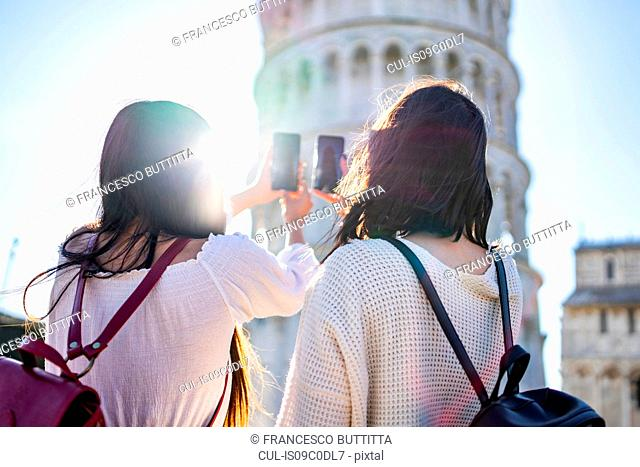 Friends taking photograph of Leaning Tower of Pisa, Toscana, Italy