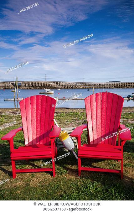 USA, Maine, Bailey Island, red chairs