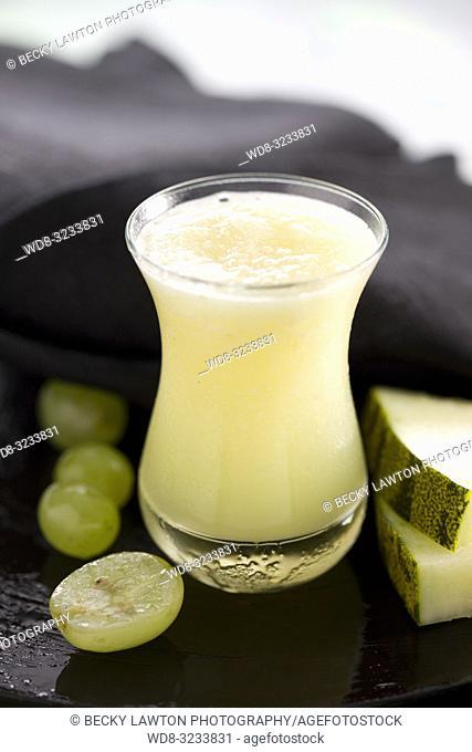 zumo de melon, uva, limon, hierbabuena y miel. / melon, grape, lemon, mint and honey juice