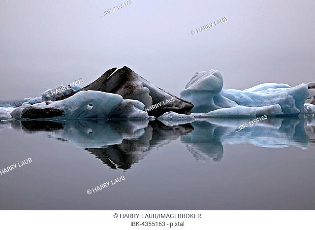 Ice, icebergs with traces of volcanic ash, glacier, glacial lagoon of the Vatnajökull glacier, Jökulsarlon, Iceland