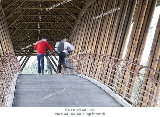 Two people on the bridge. Jenny Garzón Bridge, Bogota, Colombia. Architect: SIMÓN VÉLEZ, 2003