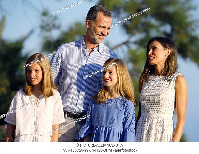 29.07.2018, Spain, Palma de Mallorca: Spain's King Felipe, Queen Letizia (r) and the daughters, Princess Leonor (2nd from right) and Princess Sofia (l) stand at...