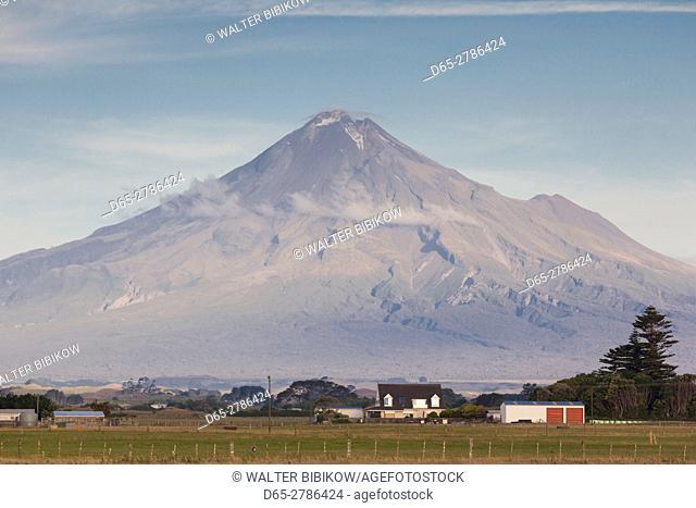 New Zealand, North Island, New Plymouth-area, Pungarehu, Mt. Taranaki, dusk