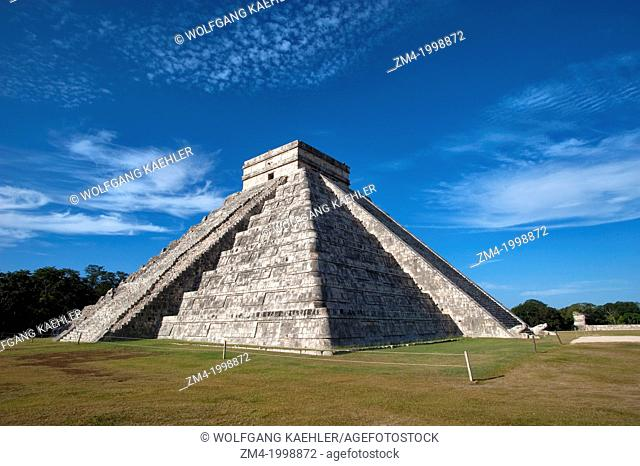 MEXICO, YUCATAN PENINSULA, NEAR CANCUN, MAYA RUINS OF CHICHEN ITZA, ARCHAEOLOGICAL SITE, EL CASTILLO (CASTLE) MAYAN PYRAMID