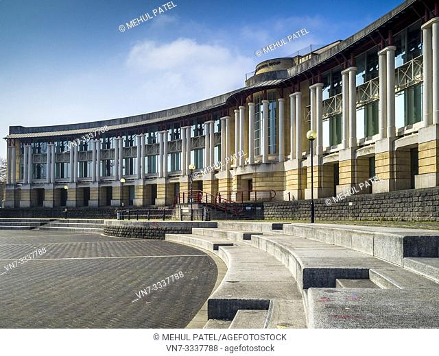 Lloyds amphitheatre and curved building by the harbourside in Bristol centre, Gloucestershire, England, UK. Lloyds Amphitheatre is a huge outdoor area on the...