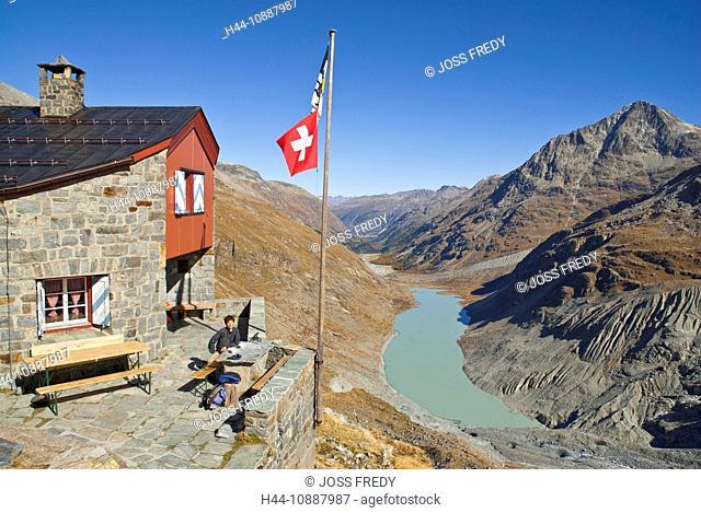 Rast vor der Coaz-Hütte CAS, Club Alpin Svizzer, Schweizer Alpen-Club SAC, in der Val Roseg, Oberengadin, Unten der Lej da Vadret und rechts der Piz Tschierva