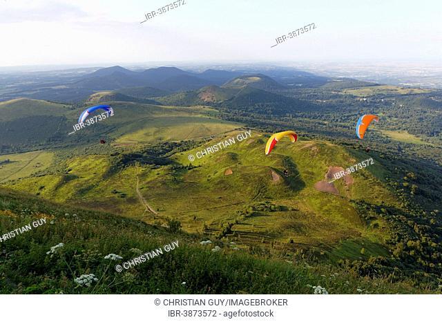 Paragliding, Puy de Dome, Parc Naturel Regional des Volcans d'Auvergne, Auvergne, France