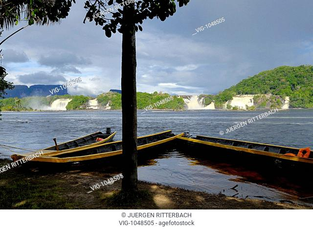 waterfalls in lagoon of Canaima NATIONAL PARK, KUSAR TEPUY behind, boats in front, Venezuela, South America, America - CANAIMA, GRAN SABANA, VENEZUELA