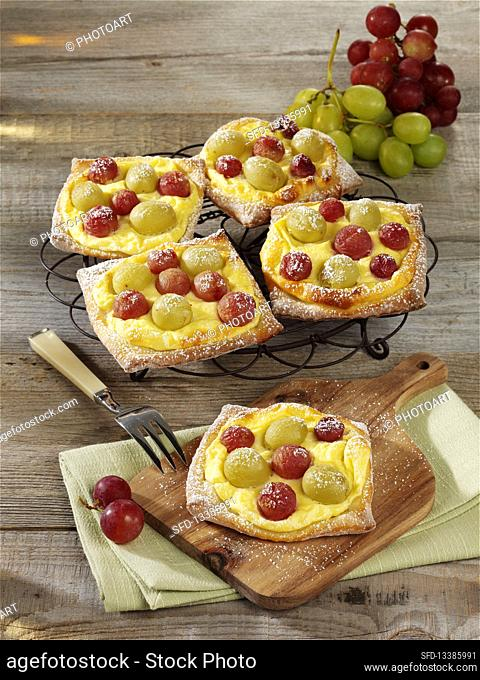Puff pastry with curd cheese and grapes