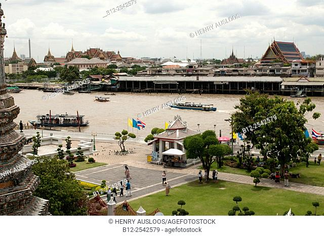 View on the Wat Phra Kaeo and the Chao Phraya river from de Wat Arun - Bankgok - Thailand