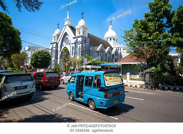 Cityview with mosque and traffic in Manado, Sulawesi, Indonesia