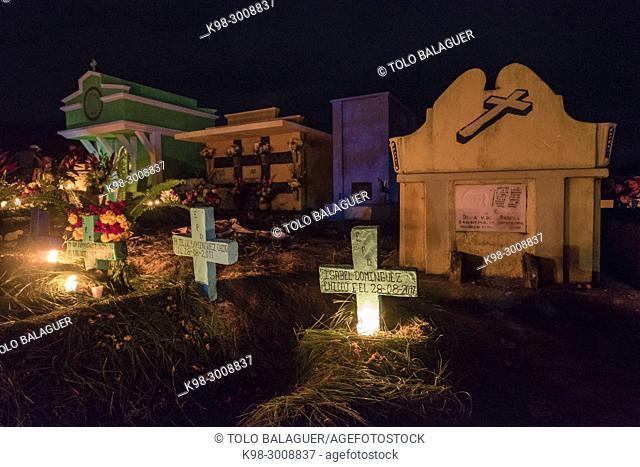 oficiando plegarias y ofrendas del dia de muertos, cementerio General, Santo Tomás Chichicastenango, República de Guatemala, América Central