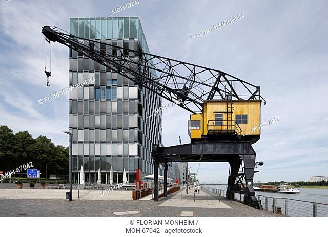 Moderne Bürobauten, Wasserseite mit historischem Kran