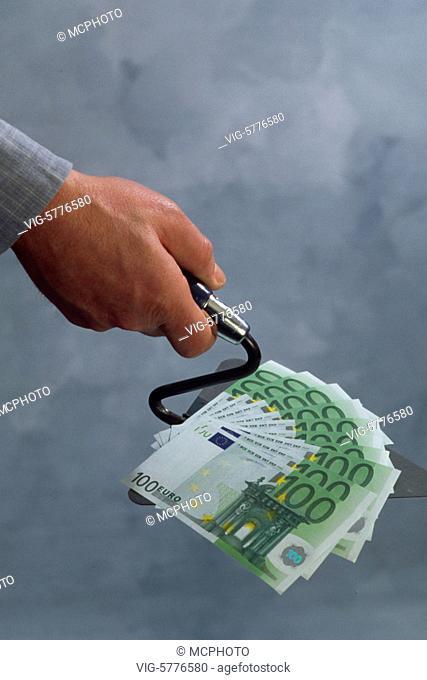 Ein Mann haelt 100 Euro-Scheine auf einer Maurer-Kelle in der Hand, 2003 - Germany, 19/05/2003
