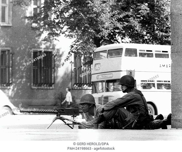 Soldiers of the US army with a MG during an exercise in the streets of Berlin on the 29th of August in 1961. The exercise of the new US task force