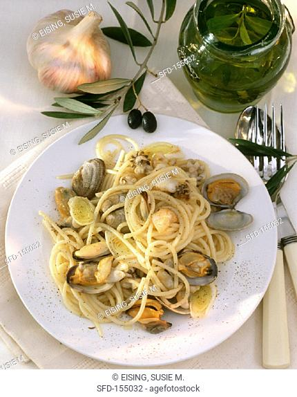 Spaghetti with seafood in lemon oil on plate (1)