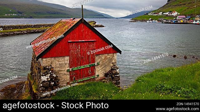 Kleine Fischerkate am Atlantik in dem kleinen Ort Haldarsvik, Streymoy, Faeroeer, Føroyar, Daenemark, Europa