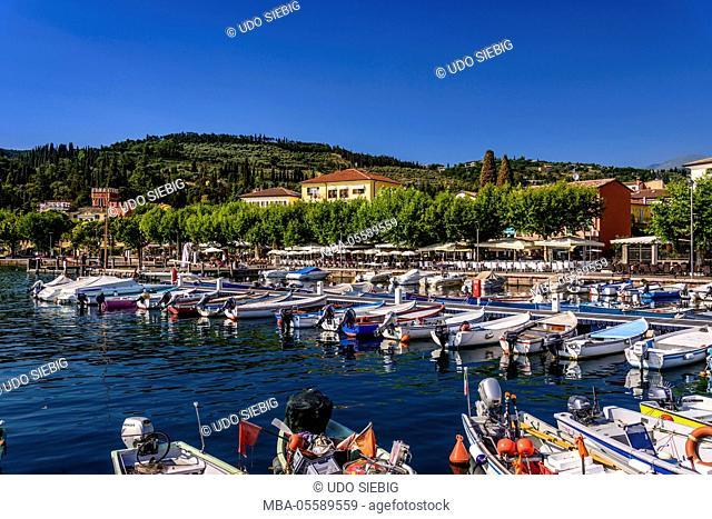 Italy, Veneto, Lake Garda, Garda, harbour with lakeside promenade