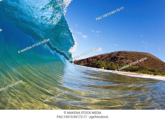 Hawaii, Maui, Makena Beach, Beautiful wave breaking along shore