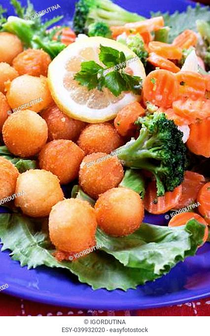 Fried potato croquettes with carrot and broccoli