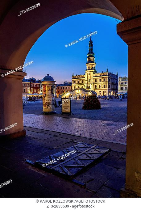Poland, Lublin Voivodeship, Zamosc, Old Town, Market Square and City Hall at twilight