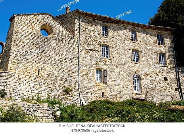 France, Alpes-de-Haute-Provence, le village perché de Vachère, tres aprécié des Bobos , le village a été trés bien restauré et abrite de nombreuses maisons de...