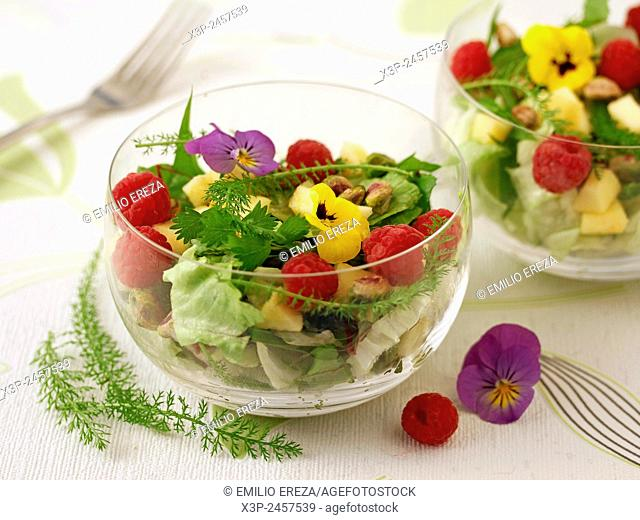 Salad with raspberries and pistachios