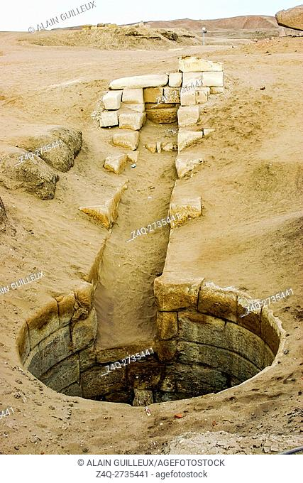 Egypt, Nile Delta, Tanis, the court after the Western gate and before the first pylon: A well