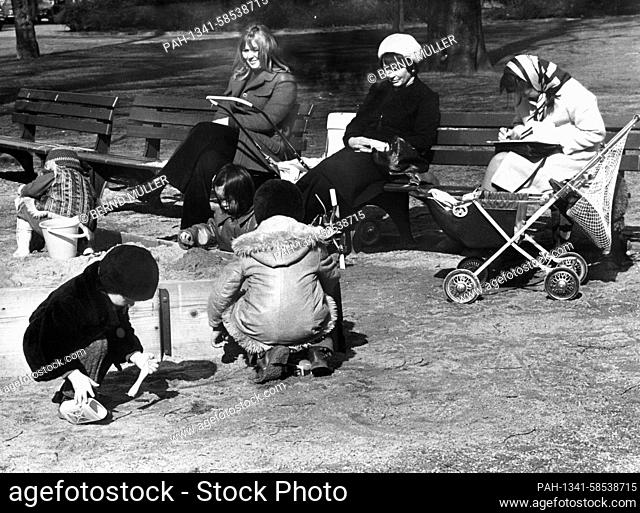 Young mothers with their offsprings on a playground in March 1972. | usage worldwide. - /Nordrhein-Westfalen/Germany