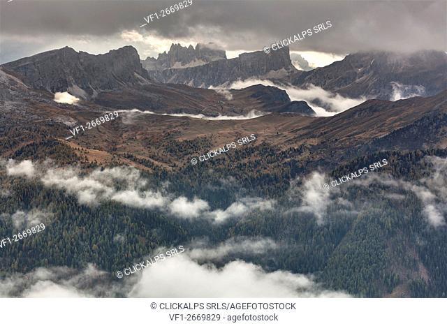 Europe, Italy, Veneto, Belluno. The Giau pass as seen from Col di Lana with Nuvolau and Ra Gusela, Croda da Lago, Lastoni of Formin and Cernera, Dolomites