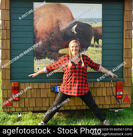 01 October 2020, Saxony, Wermsdorf: Cora Lechner is standing in her bison enclosure with her life partner Johannes Boos and the children Nils (5