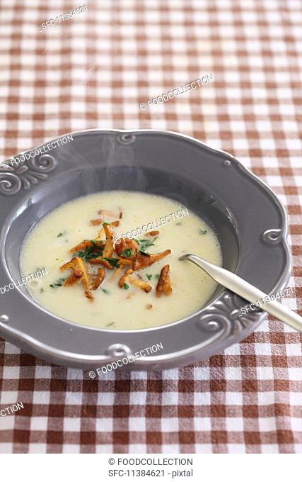 Jerusalem artichoke soup with chanterelle mushrooms