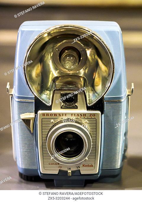 The Kodak Brownie Flash 20 Camera (1959 - 1962) - Victoria and Albert Museum - London, England
