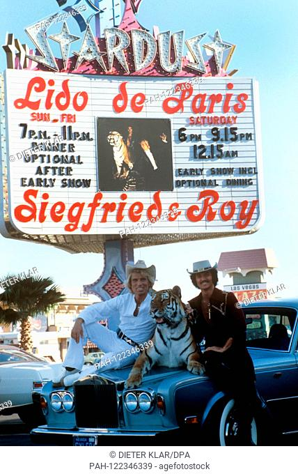 Siegfried (l) and Roy in August 1978 in Las Vegas in front of a neon sign. The German illusionist duo Siegfried and Roy celebrate their greates successes in Las...