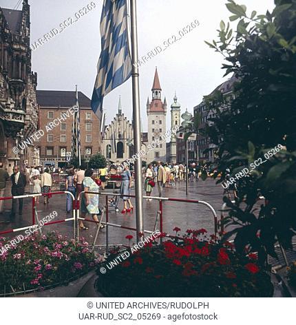 Sommer 1973. Altstadt. Marienplatz. Fußgängerzone. Blick zum Alten Rathaus. Summer 1973. Historic centre. Marien square. Pedestrian zone
