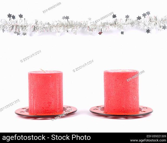 Weihnachtsgirlande und Kerzen auf weiss - Christmas garland and candles on white